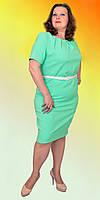 Женское платье однотонное с коротким рукавом с красиво собранным вырезом в модном цвете