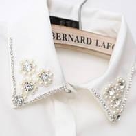 Белая рубашка/блузка с камнями и бусинками на воротнике