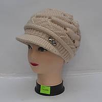 Бежевая женская зимняя вязанная шапка с козырьком