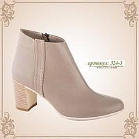 Женские осенние кожаные бежевые ботинки на каблуке