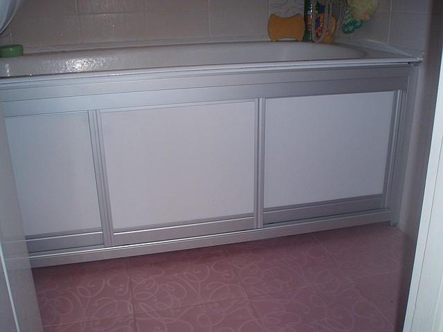 Как сделать раздвижные двери под ванную