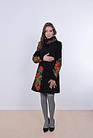 Красивое женское пальто в черном цвете украшено вышивкой из маками