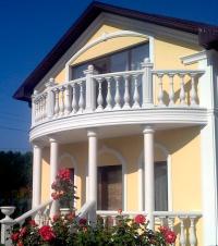 Дом с балюстрадой из искусственного мрамора
