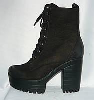 Молодежные женские осенние черные замшевые полусапожки на тракторной подошве с каблуком на шнурках