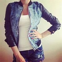 Женская джинсовая курточка с кожаными рукавами .