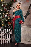 Праздничное вечернее платье с абстрактным принтом декорировано камнями и кожаным поясом