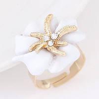 Золоченное праздничное кольцо ― экстравагантный цветок с милейшими камушками. безразмерное