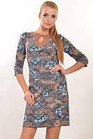 Недорогое женское платье полуприлегающего силуэта.