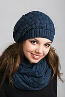 Очаровательный вязаный комплект из шапки и шарфа-петли в синем цвете