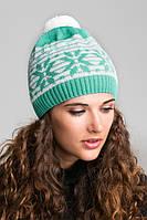 Красивый молодежный набор шапка с шарфиком украшен жаккардовым узором и помпоном