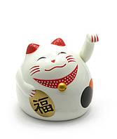 Кошка Манэки-нэко машущая лапой пластик (9х8х7,5см)