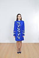 Красивое пальто  синего цвета декорировано вышитыми розами спереди и на рукавах
