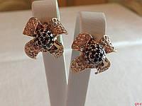 Золотые сережки 585* пробы в виде цветочков с белыми и черными камнями