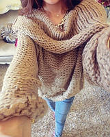 Женский свитер крупной вязки.