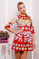 Красное короткое трикотажное платье с необычным рисунком