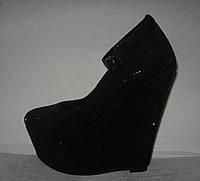 Туфли модные на танкетке со стразами чёрные с застёжкой