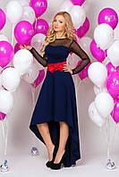 Женское вечернее платье темно-синего цвета асимметричного кроя.