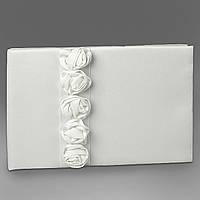 Свадебная книга пожеланий с белыми розочками