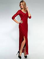 Бордовое женское длинное платье с разрезом выше колен из плотного гипюра.