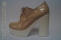 Лакированные бежевые туфли на белой платформе