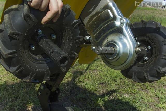 Сняте колеса с мотоблока для установки фрез