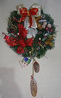 Венок новогодний с шишками и красной бабочкой  30 см