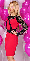 Женское вечернее платье красного цвета с длинным рукавом, украшено гипюром.