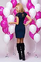 Стильное молодежное платье приталенное с гипюровыми вставками на горловине и брошью