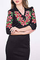 Эффектное платье в черном цвете с оригинальным вырезом вышитые лилия на груди