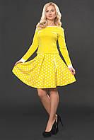 Желтый женский костюм с юбкой в складки в горошек и приталенной кофточкой