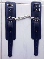 Черные наручники из кожзаменителя с карабинами для БДСМ игр