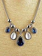 Серебряная цепочка-жгут с яркими синими и белыми стразами, изысканный дизайн.