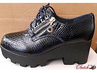Туфли женские закрытые на тракторной платформе лаковые темно-синие KF0168
