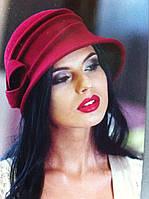 Фетровая  шляпка украшена выпуклыми складками