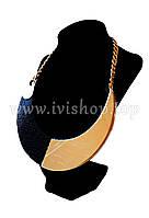 Модное колье с полукруглой пластиной черное с золотом, под змеиную кожу
