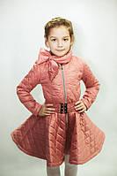 Детское стеганное ромбами деми пальто с бантом; размеры от 110 до 140