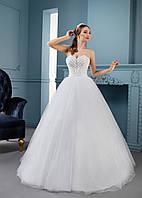 Свадебное платье с украшенным жемчужинами корсетом