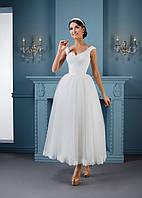 Привлекательное свадебное платье в стиле балерины с изящным декольте и миди юбкой