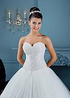 Мечтательное свадебное платье с геометрически расшитым корсетом и пышной, изумительной юбкой
