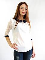Очаровательная белая блуза с контрастным воротником и украшением на груди