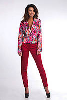 Яркий молодежный пиджак с цветочным принтом застегивается на пуговицу