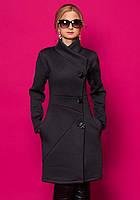 Женское пальто-кардиган серого цвета с длинным рукавом на пуговицах.