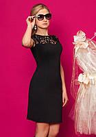 Женское платье из плотного трикотажа с гипюром черного цвета с коротким рукавом.
