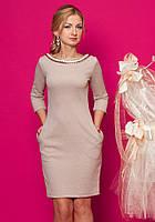 Женское трикотажное платье-футляр бежевого цвета с рукавом три четверти.
