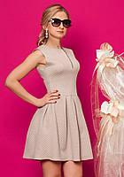 Женское короткое платье бежевого цвета без рукава.