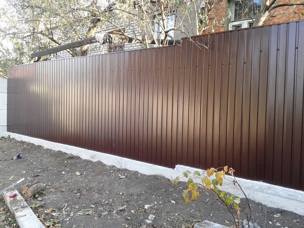 Забор из профнастила с фундаментной лентой