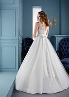 Совершенно  скромное свадебное платье с нежным бантом и красивой спинкой