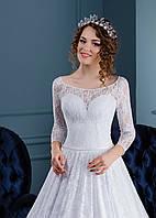 Нежное свадебное платье с красивым вырезом на спинке и ажурным, неотразимым верхом