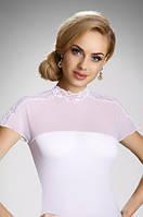 Женская блуза белого цвета с коротким рукавом, украшена кружевом. Модель Daria Eldar, весна-лето 2016