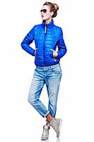 Молодежная весенняя куртка стеганная в с нашивной эмблемой на рукаве